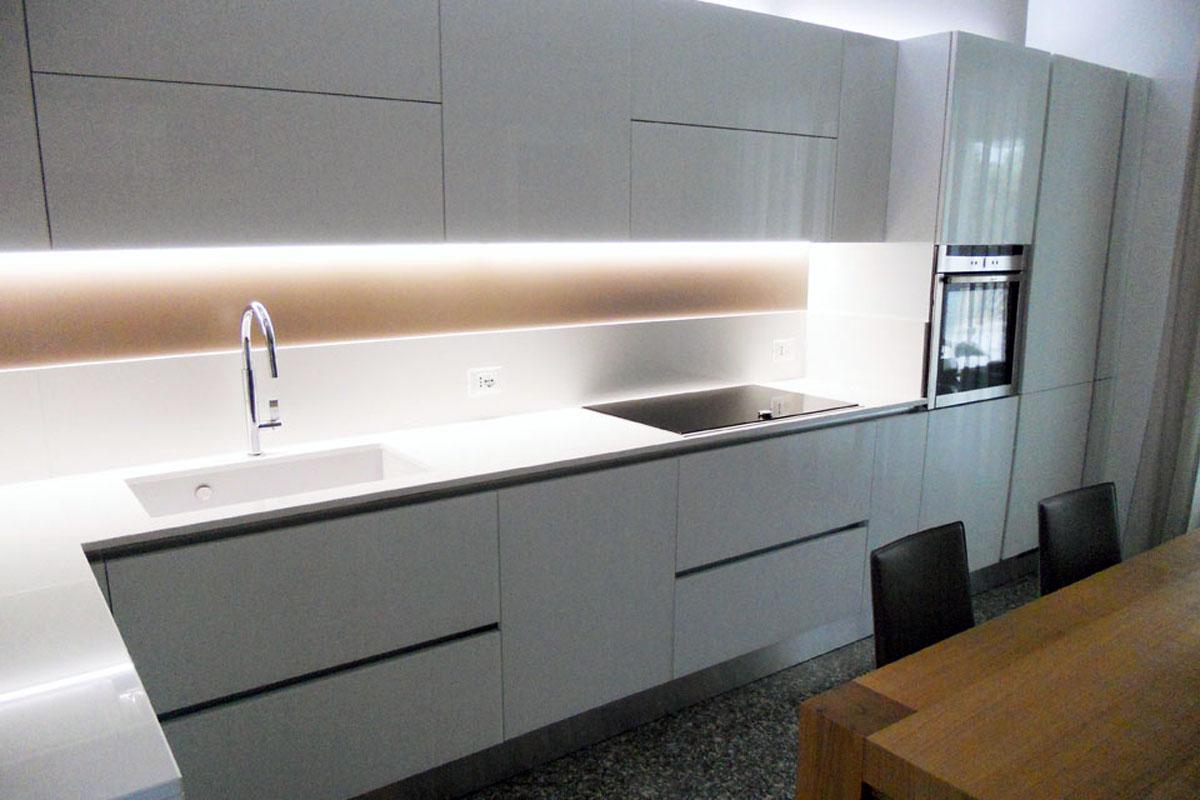 Cucina vetro bianco lucido arredamenti barin for Top per isola cucina