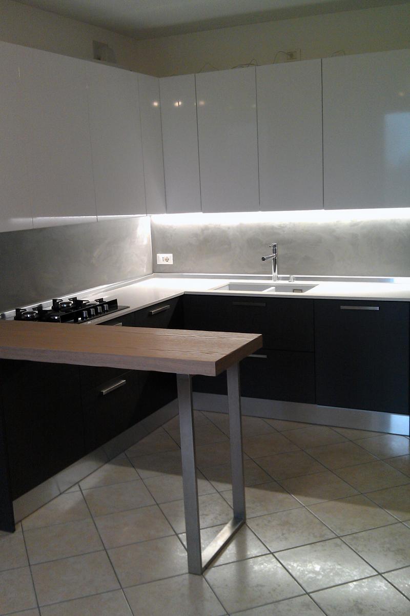 Cucina bianco lucido e rovere grigio arredamenti barin - Cucina rovere sbiancato e bianco ...