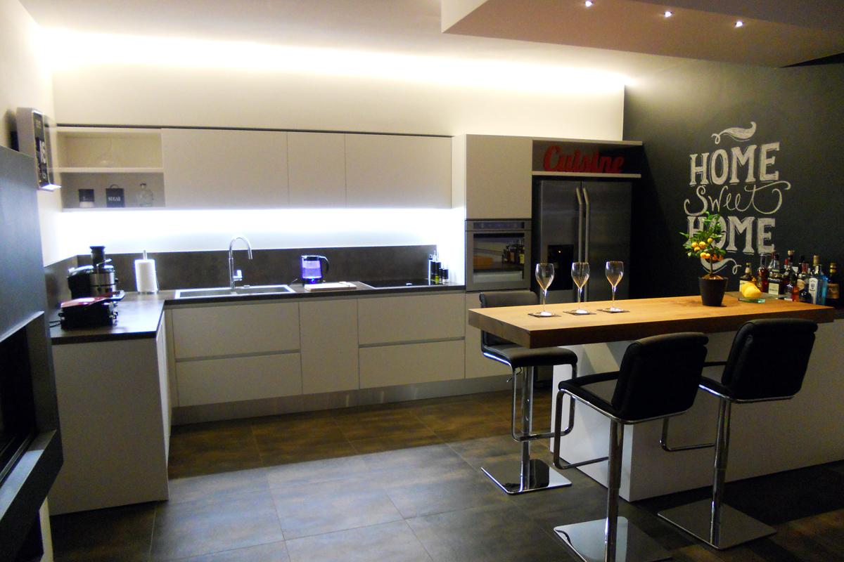 Cucina loft white con penisola legno arredamenti barin for Luci cucina design