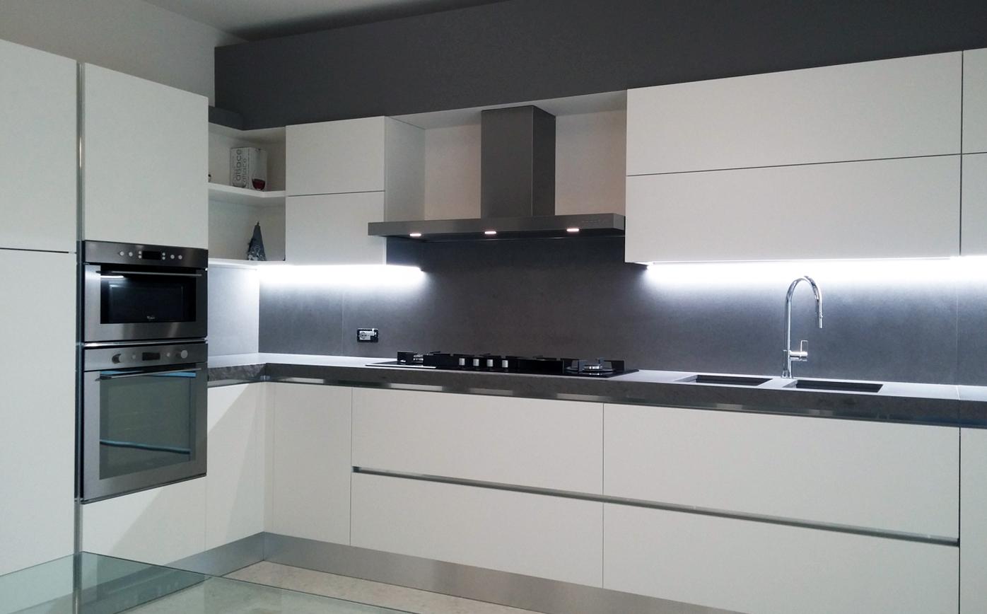 Cucina laccata bianco con top a spacco arredamenti barin - Spessore top cucina ...