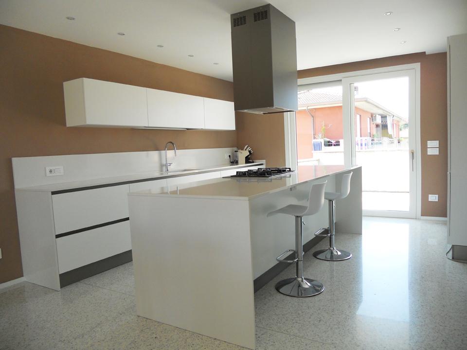 Cucina isola bianco opaco e tavolo rovere arredamenti barin - Tavolo cucina bianco ...