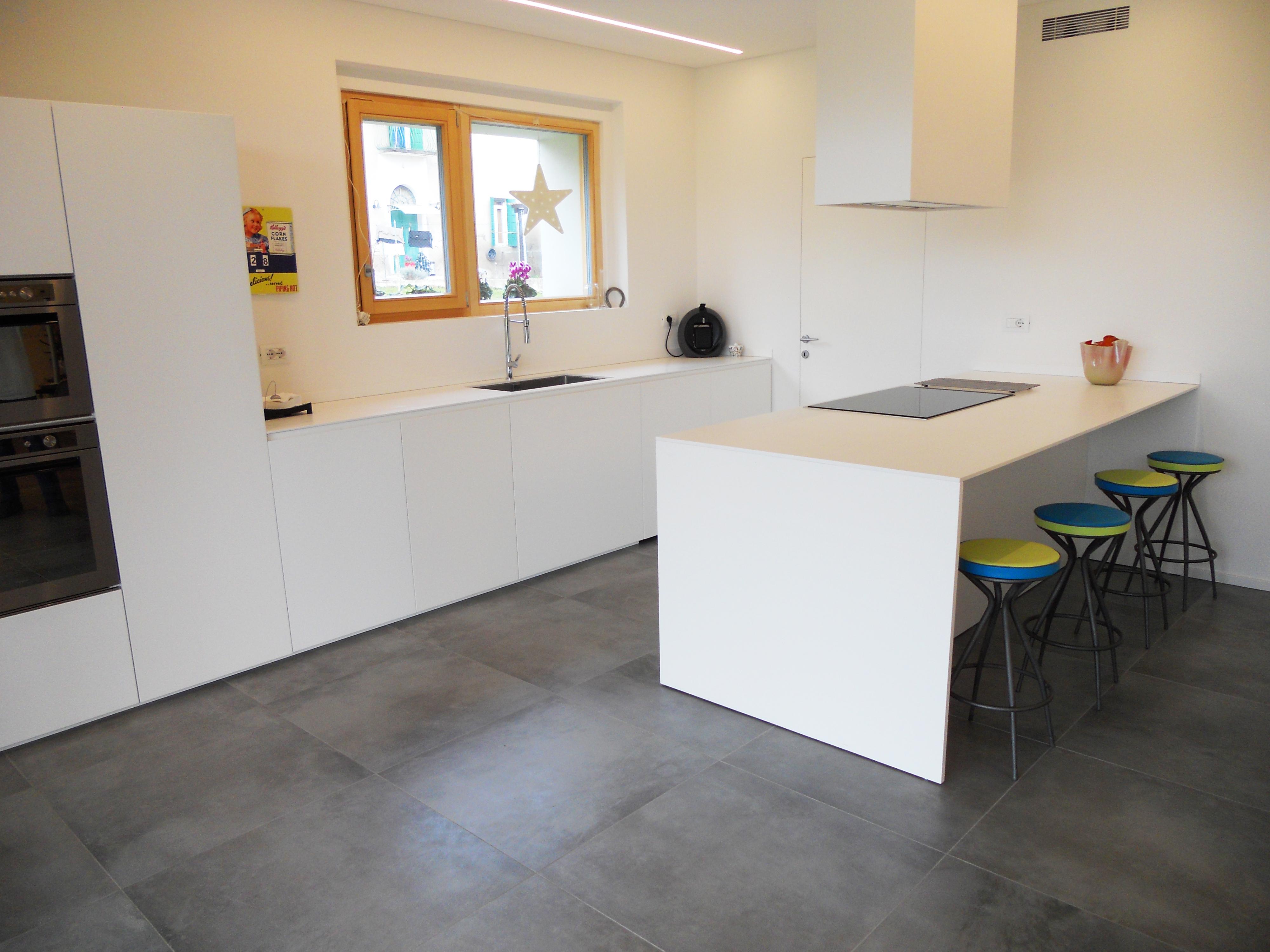 Cucina isola total white con ante a sfioro pavimento - Riverniciare ante cucina ...