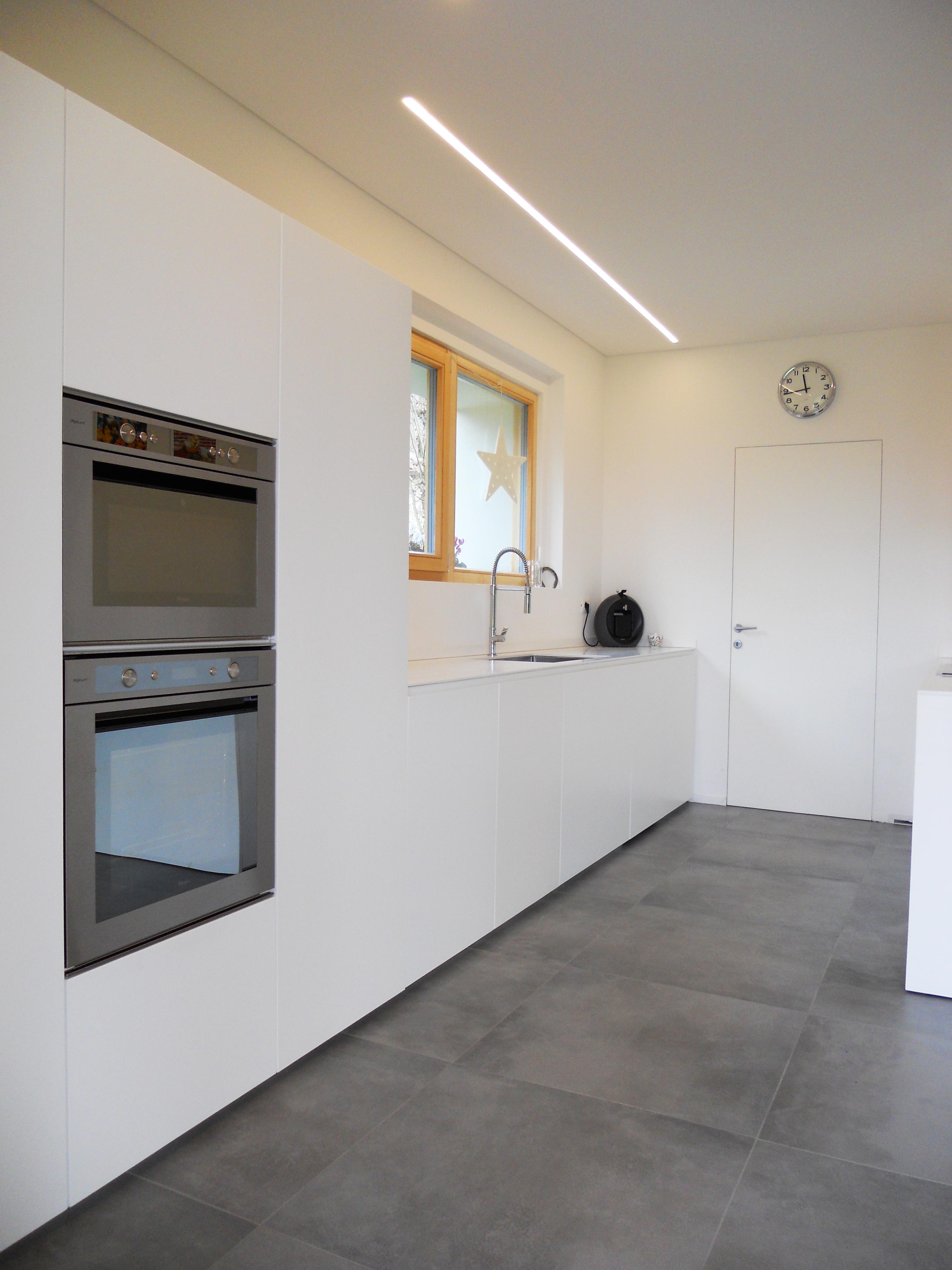 Cucina isola total white con ante a sfioro pavimento arredamenti barin - Cucina senza piastrelle ...