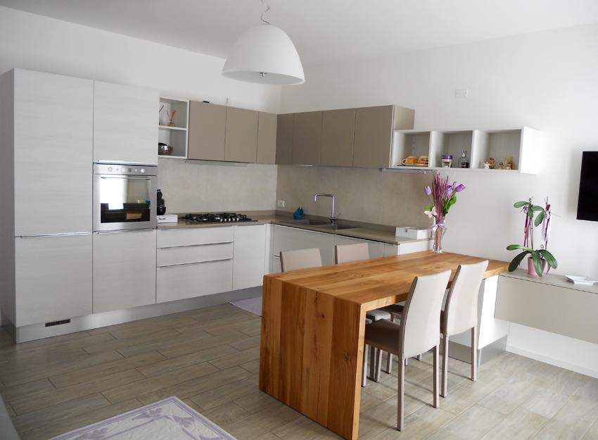 Cucina con tavolo penisola in rovere nodato arredamenti - Isola cucina con tavolo ...