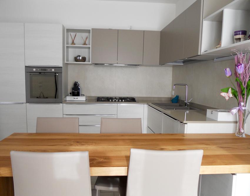 Cucina con tavolo penisola in rovere nodato arredamenti barin - Maniglie per pensili cucina ...