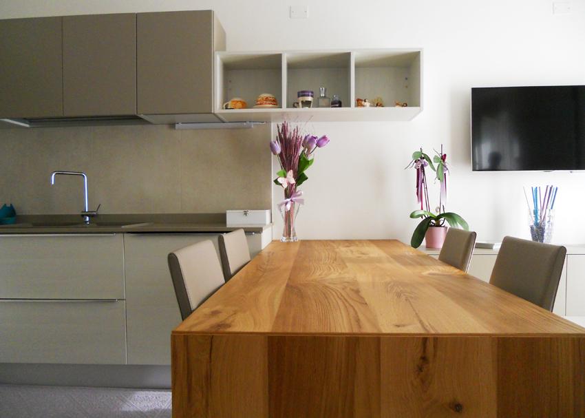 Cucina con tavolo penisola in rovere nodato arredamenti for Tavolo cucina rovere