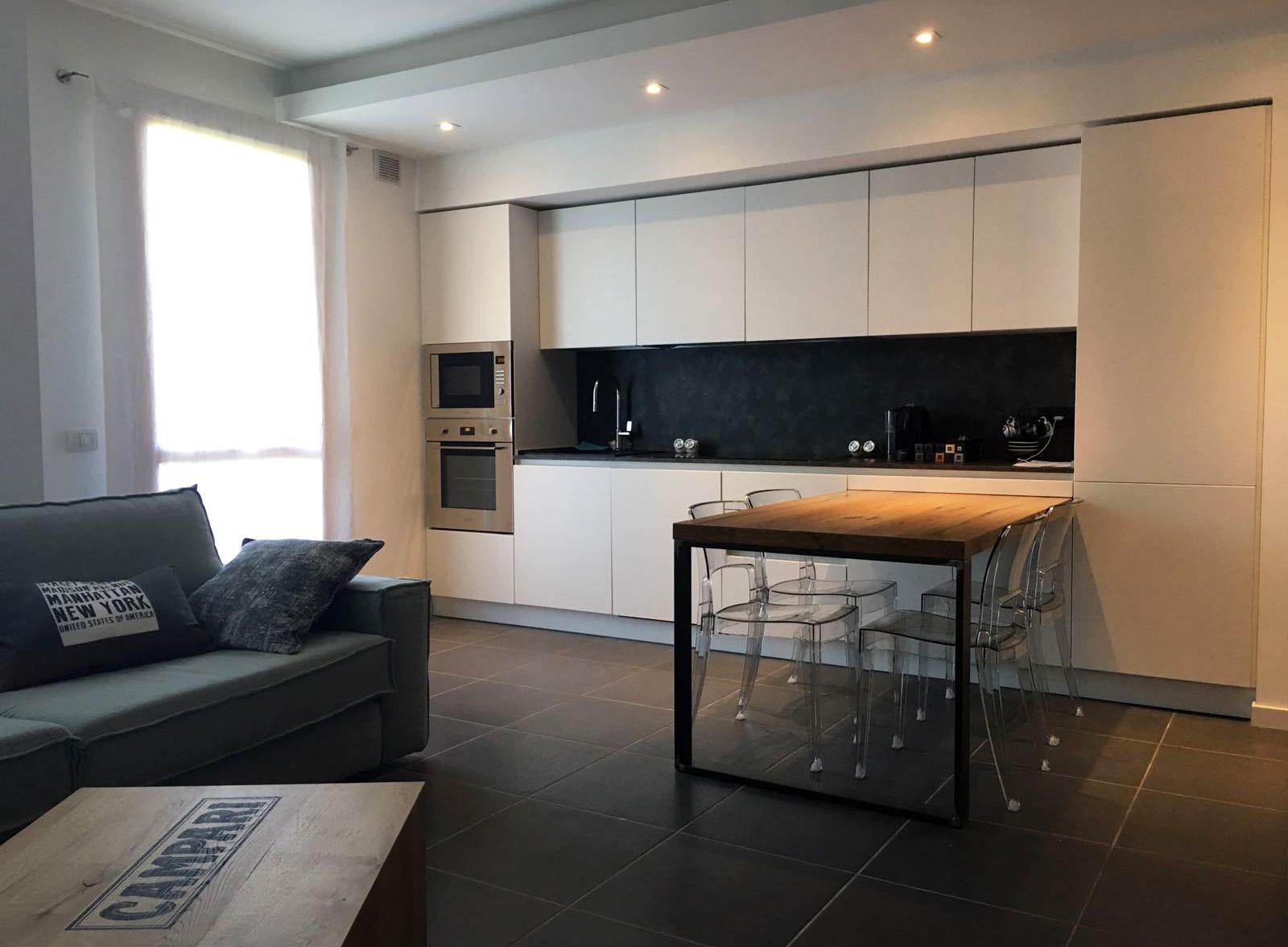 Cucina bianca in nicchia con tavolo penisola in rovere for Colore pareti cucina bianca
