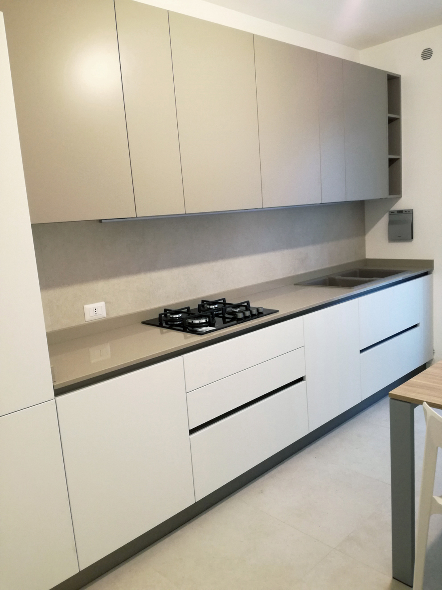 Cucina smart bianco opaco e grigio tortora arredamenti barin for Arredamento bianco e tortora