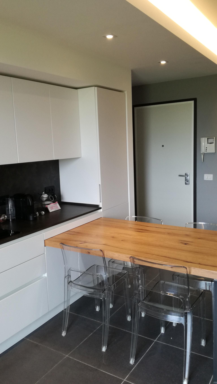 Cucina bianca in nicchia con tavolo penisola in rovere - Cucina in cartongesso ...