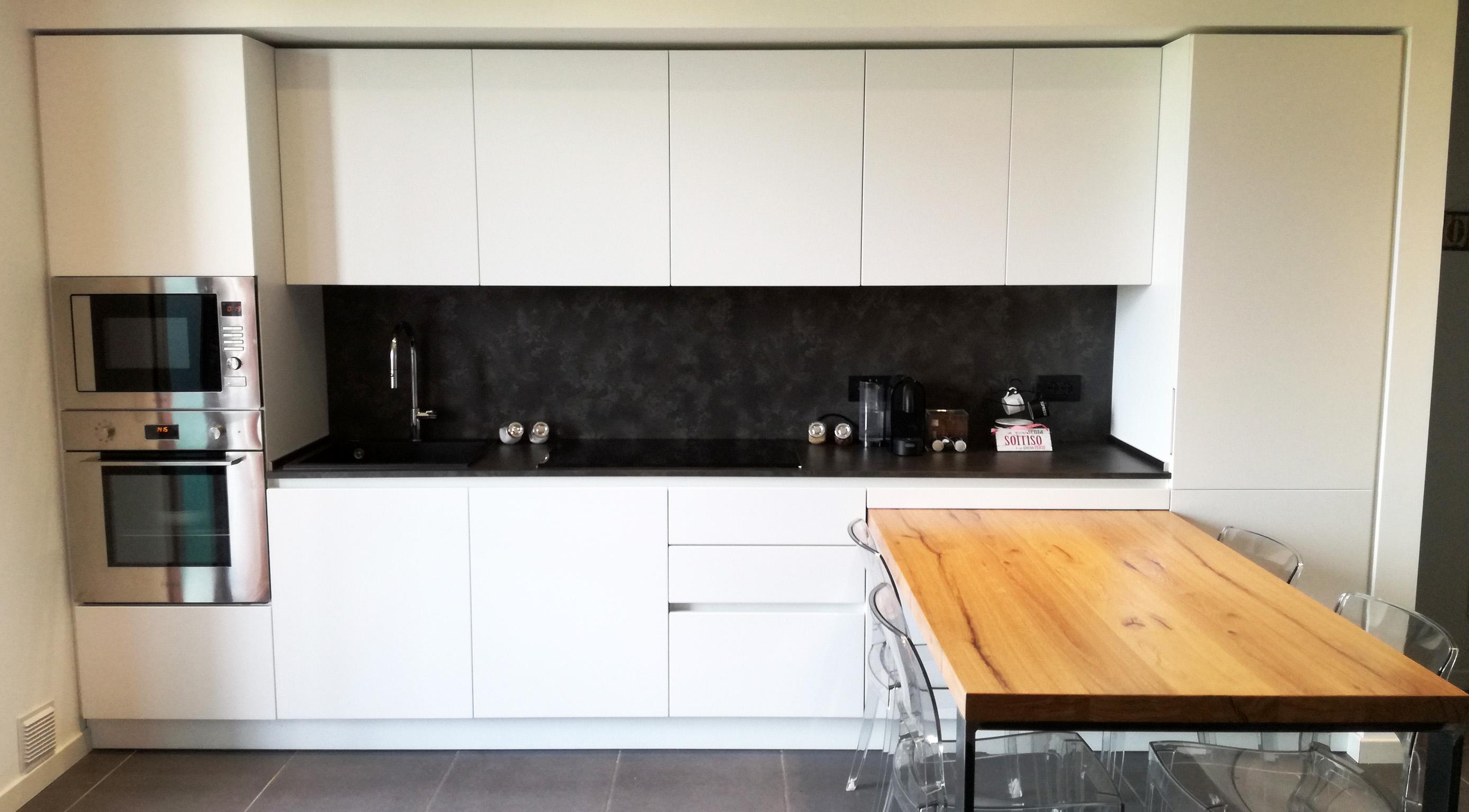 Cucina bianca in nicchia con tavolo penisola in rovere nodato arredamenti barin - Cucina bianca e legno ...