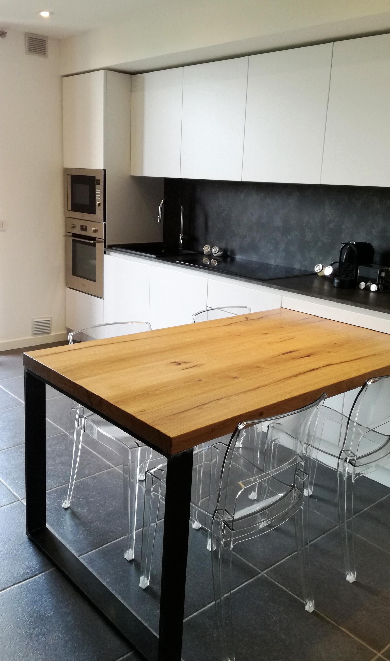 Cucina bianca in nicchia con tavolo penisola in rovere for Cucina con tavolo estraibile