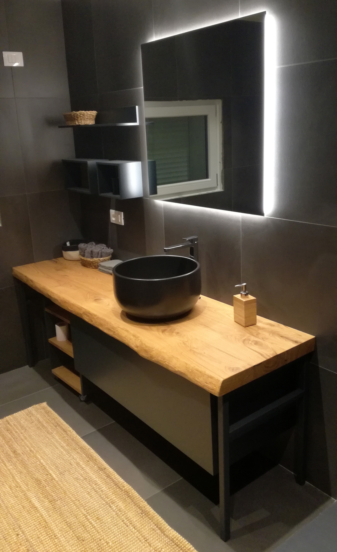 Mobile bagno industrial black con pianale in legno for Mobile bagno legno