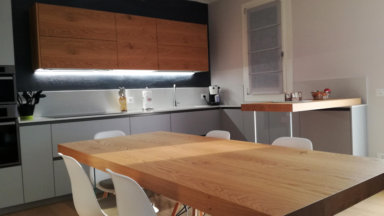 Arredamenti Per Bagni : Cucina grigio opaco con particolari in legno di rovere