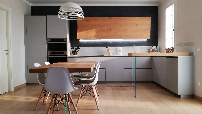 Cucina Grigio Opaco con Particolari in Legno di Rovere | Arredamenti ...