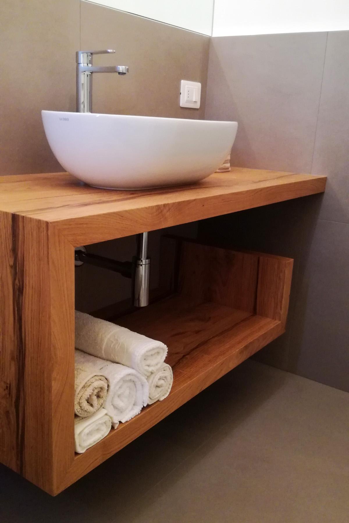 Mobile bagno con mensola sagomata in legno di rovere for Mobile bagno legno