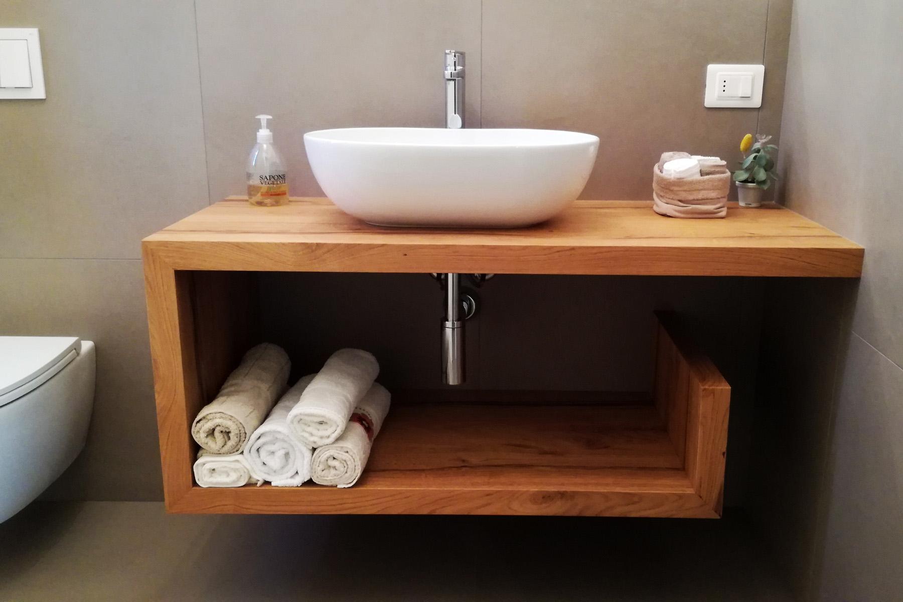 Mobile bagno con mensola sagomata in legno di rovere arredamenti barin - Mobile legno bagno ...
