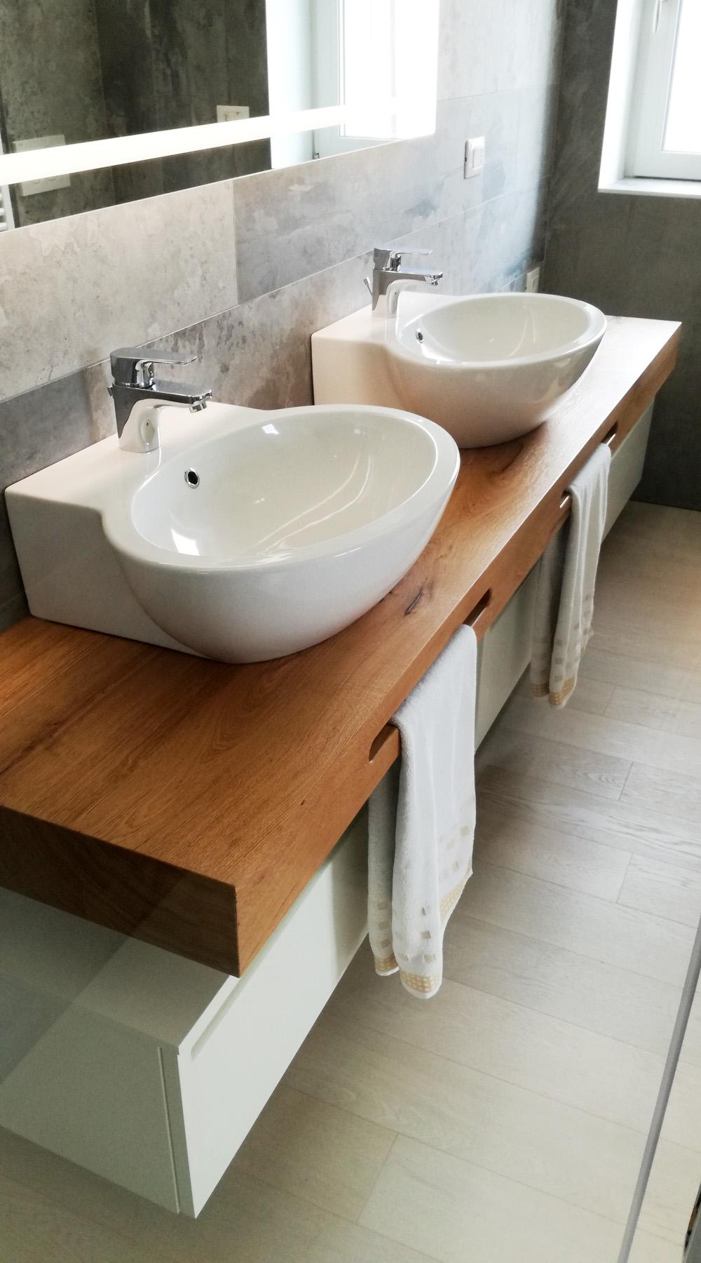 Mobile bagno doppio lavabo con mensola in legno for Lavabo con mobile