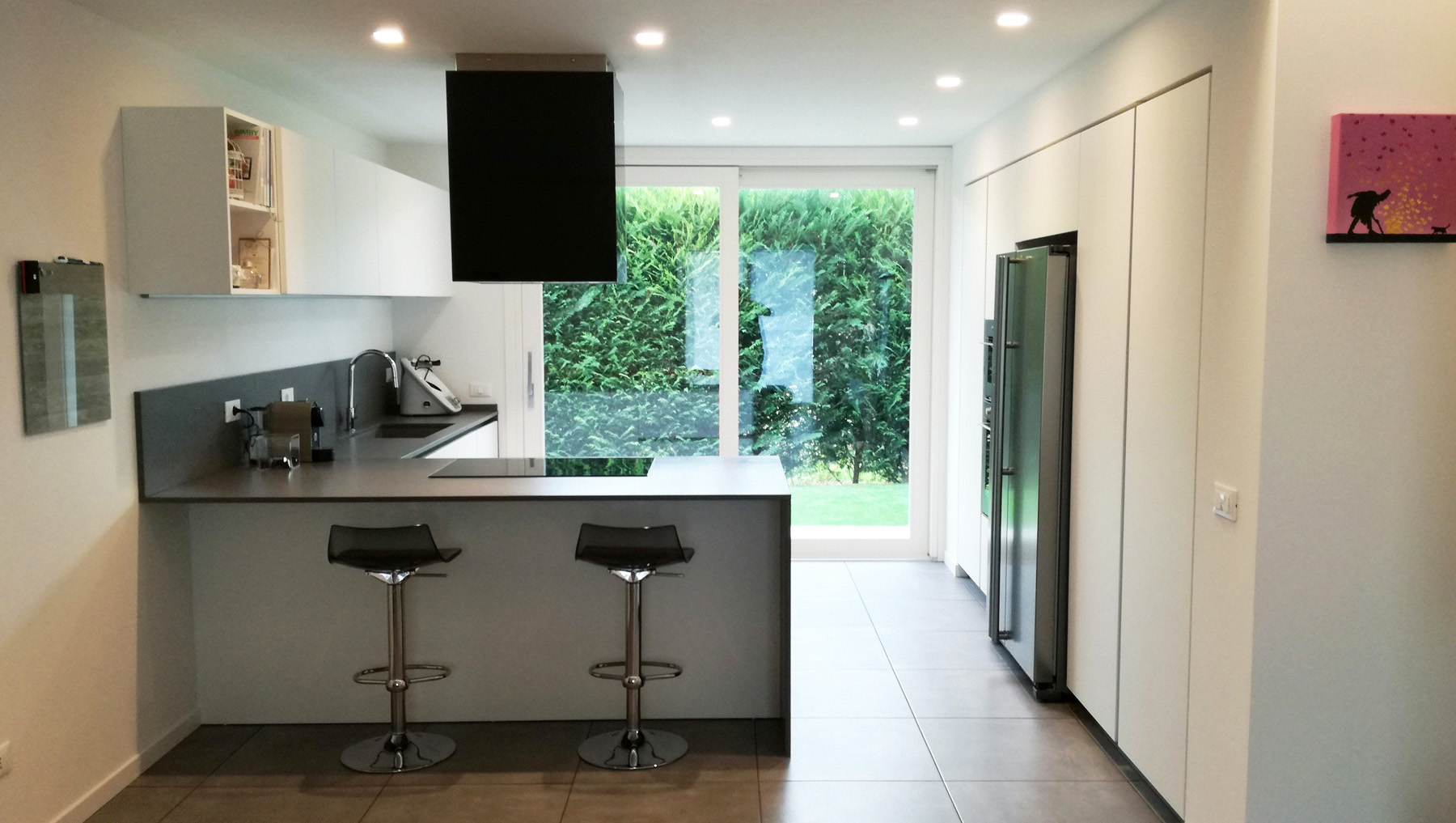 Cucina laccata bianco con penisola e colonne incassate for Penisola mobile cucina
