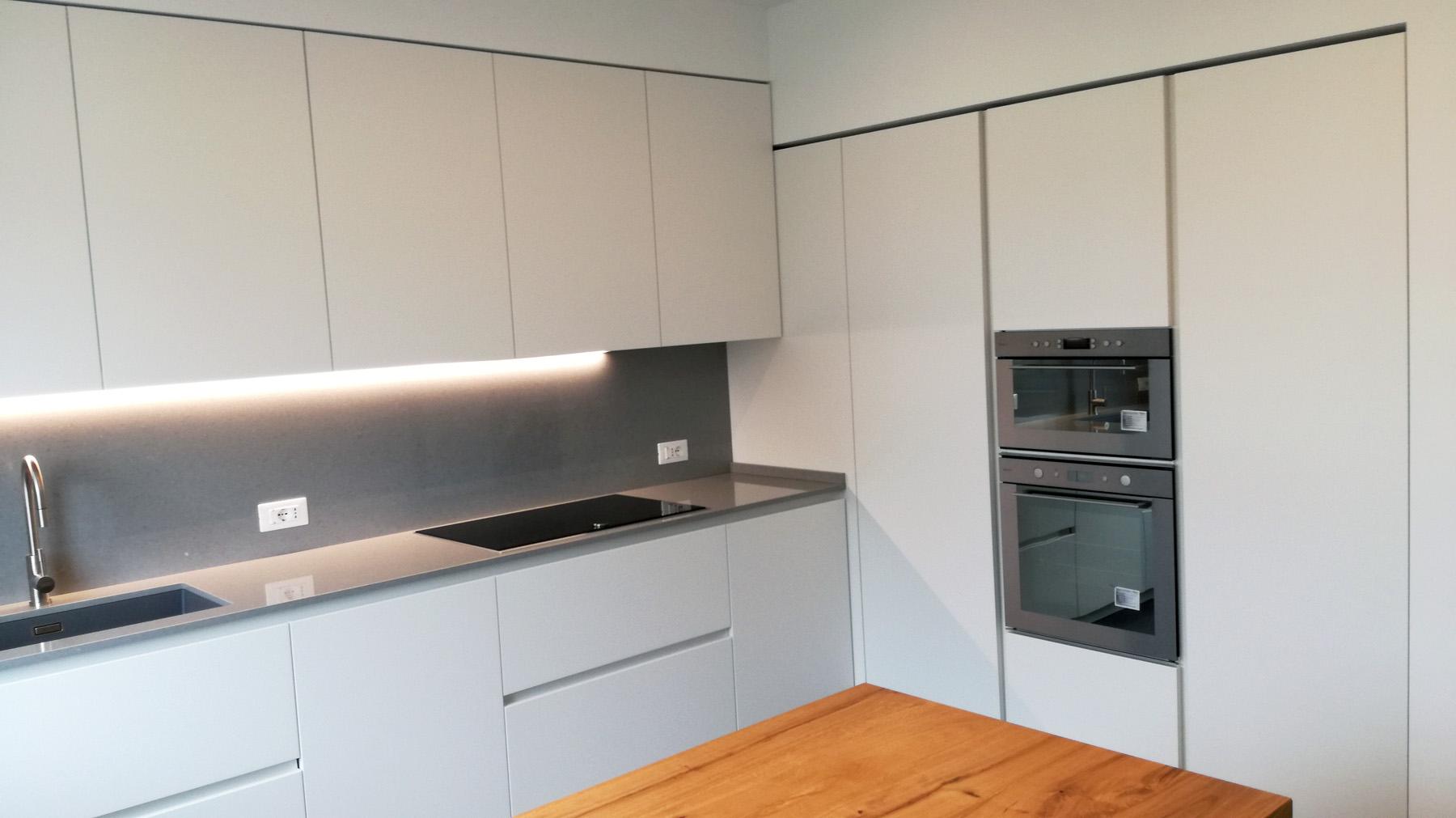 Cucina laccata bianco in nicchia con tavolo penisola in legno arredamenti barin - Cucina in cartongesso ...
