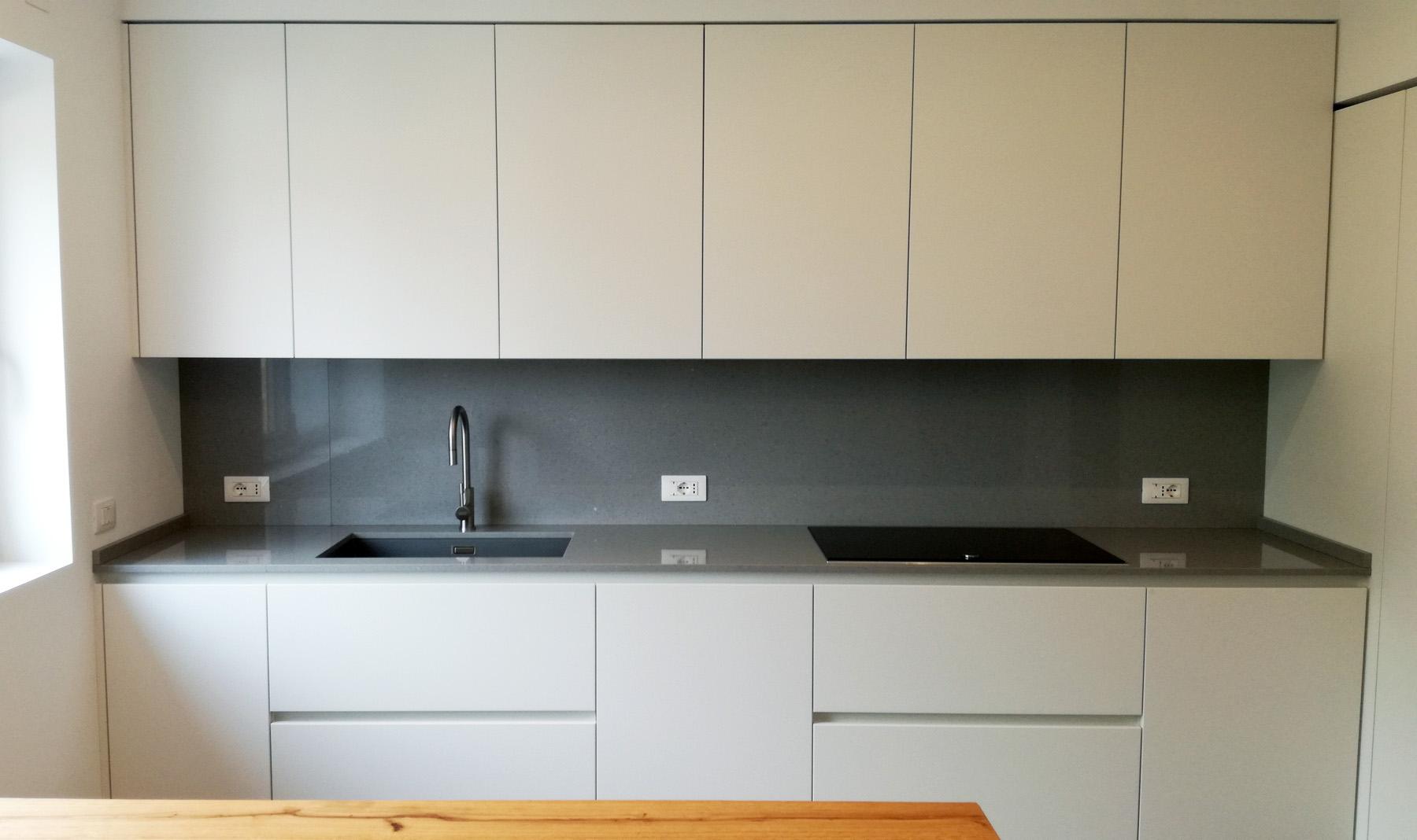 Cucina laccata bianco in nicchia con tavolo penisola in - Cucina nascosta ...