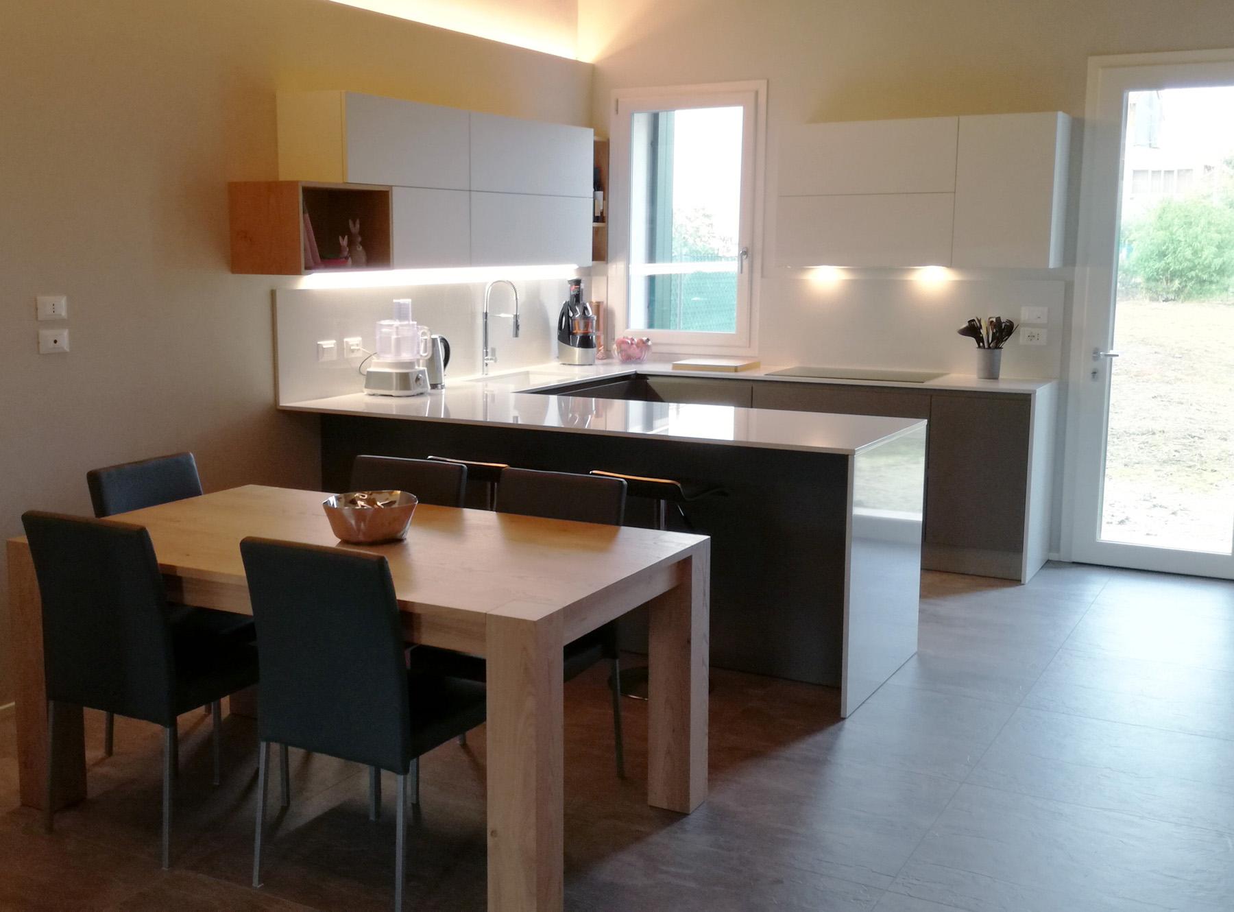 Cucina Laccata Grigio e Bianco con Penisola e Colonne Incassate ...