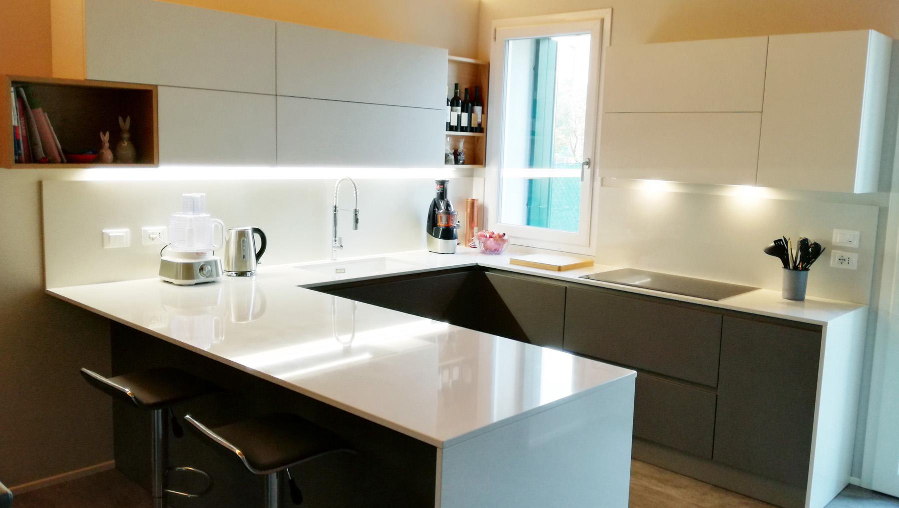 Cucine Bianco Grigio : Cucina laccata grigio e bianco con penisola e colonne incassate