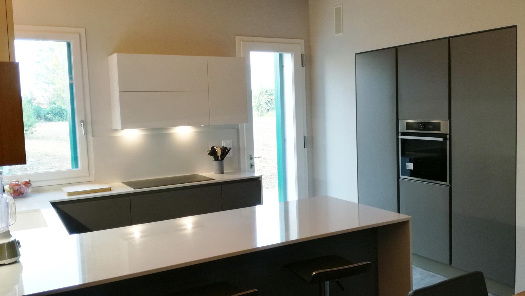 Cucina laccata grigio e bianco con penisola e colonne for Piano lavoro cucina