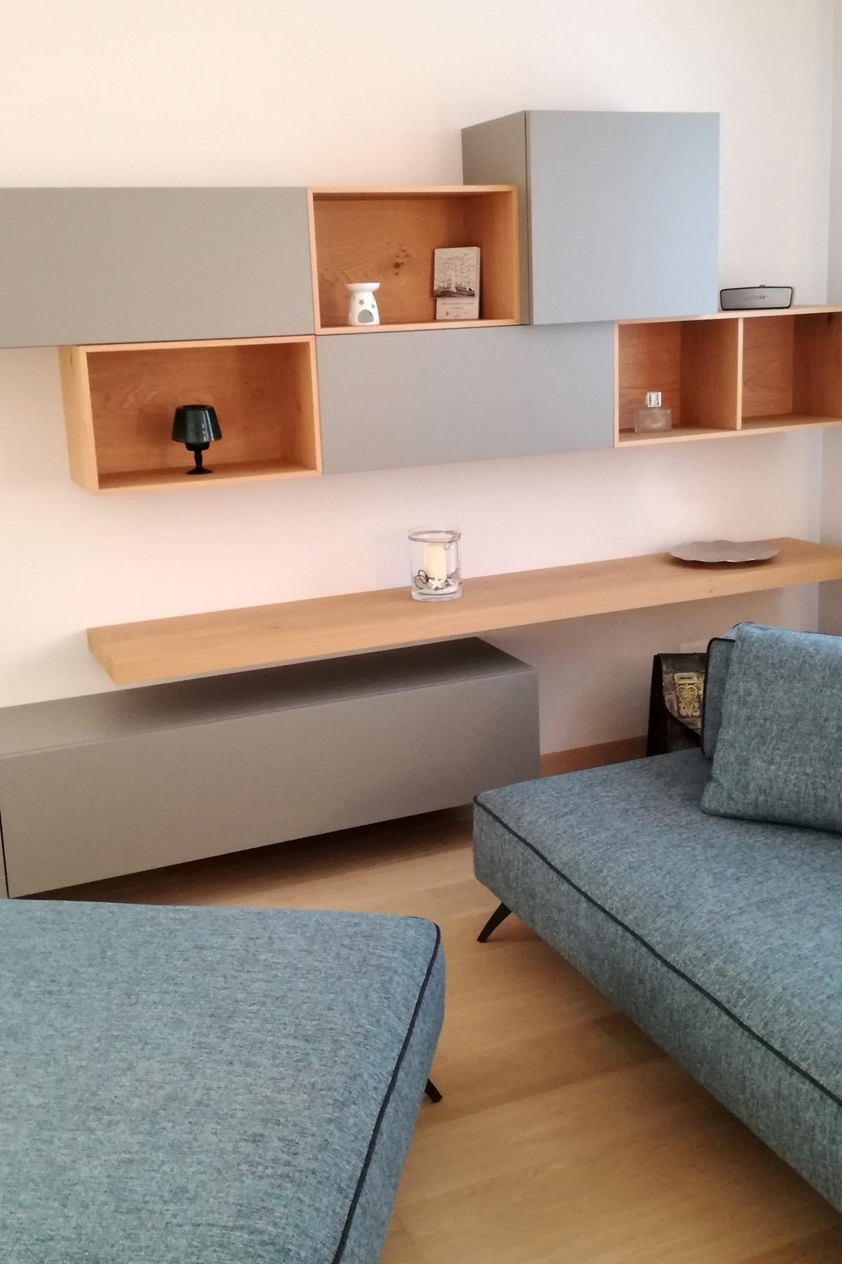 Soggiorno grigio opaco con particolari in legno di rovere for Mobili particolari per soggiorno