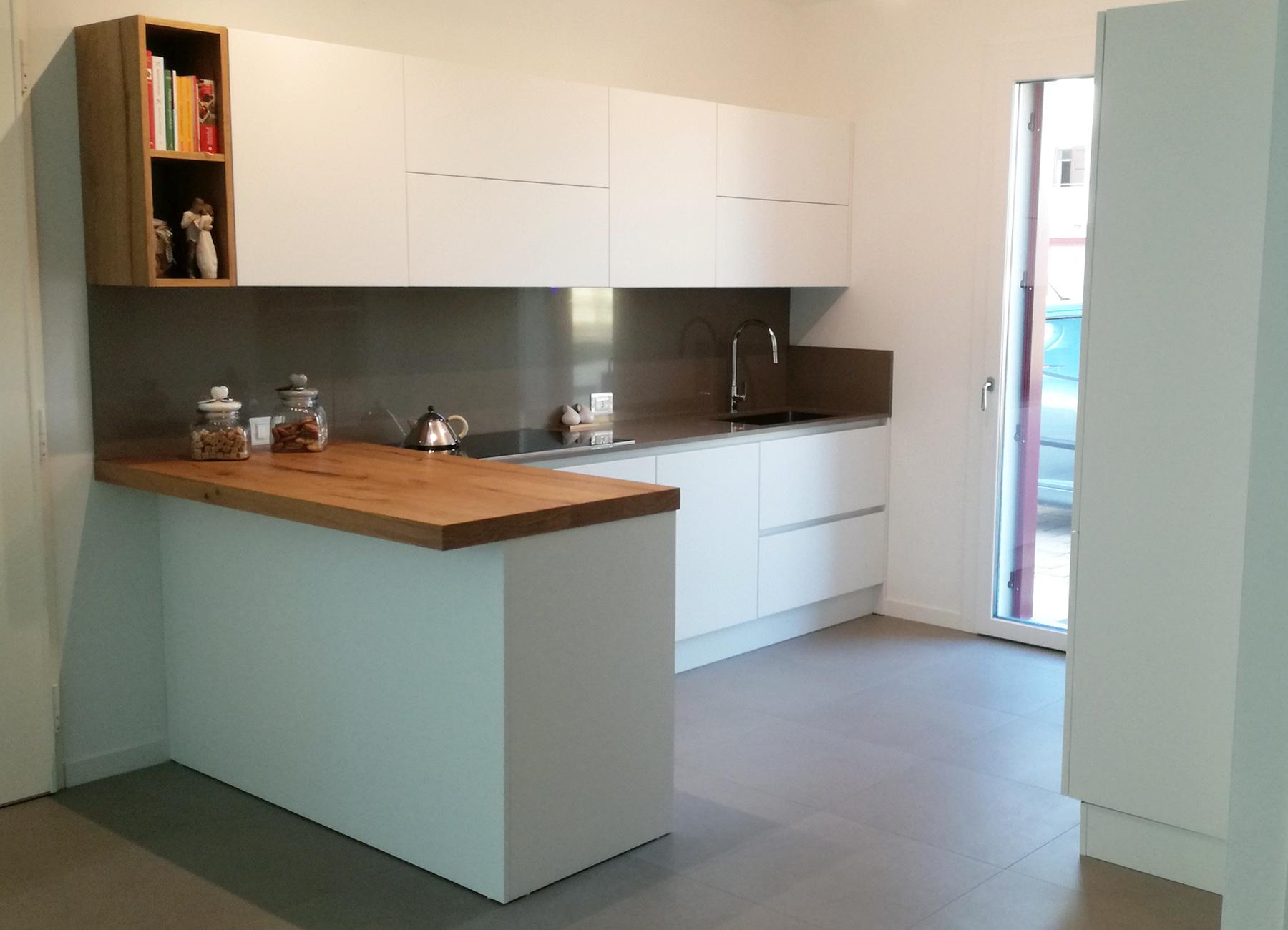 Cucina laccato bianco con top taupe e penisola in legno for Cucina legno bianco