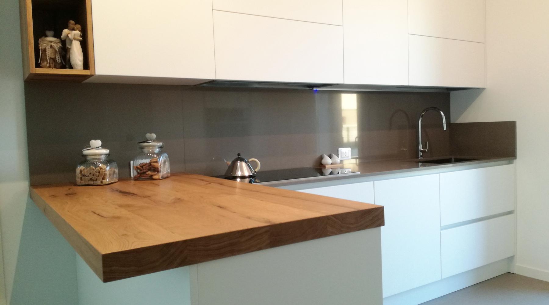 Cucina laccato bianco con top taupe e penisola in legno for Legno laccato