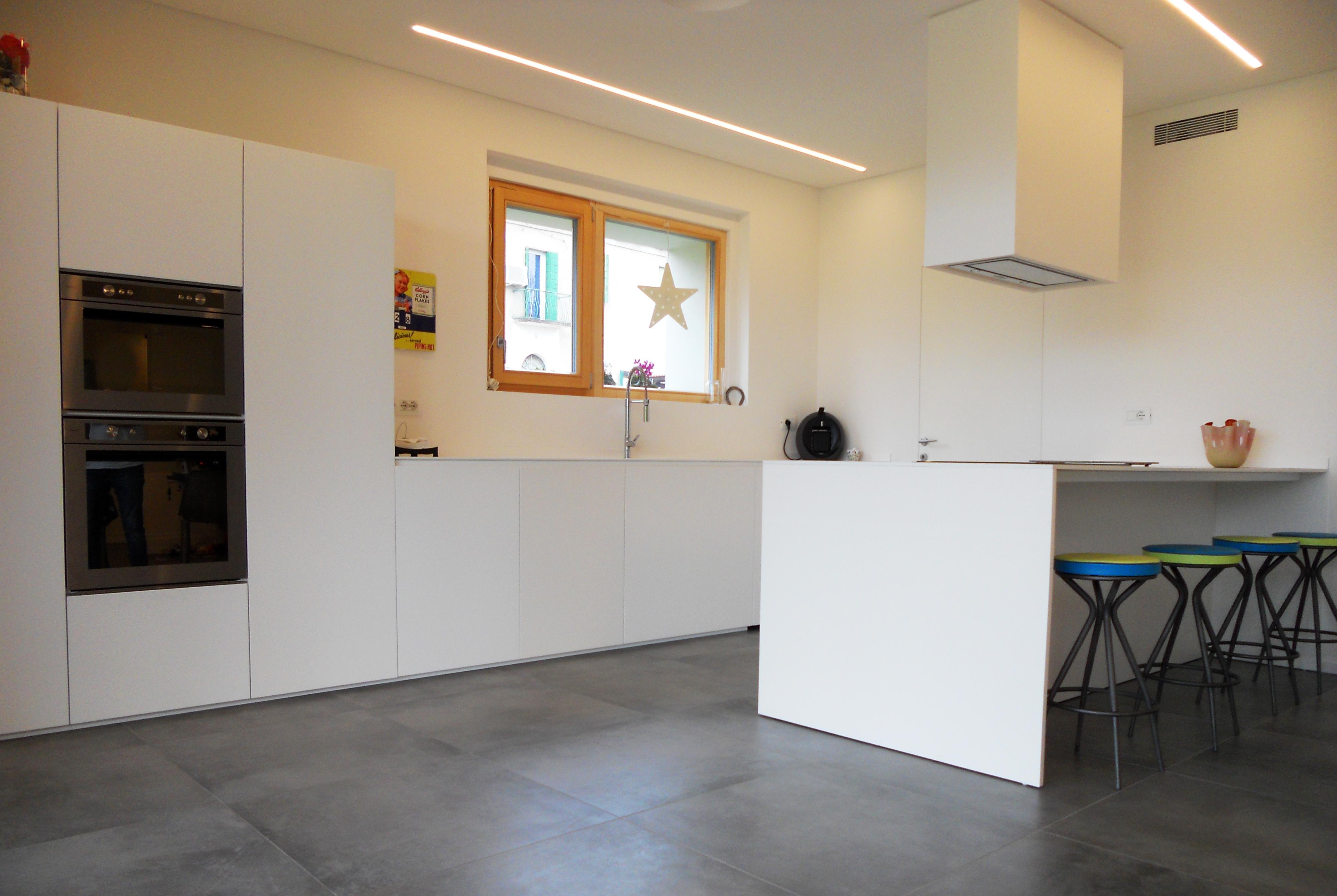 Cucina Isola Total White con Ante a Sfioro Pavimento | Arredamenti Barin