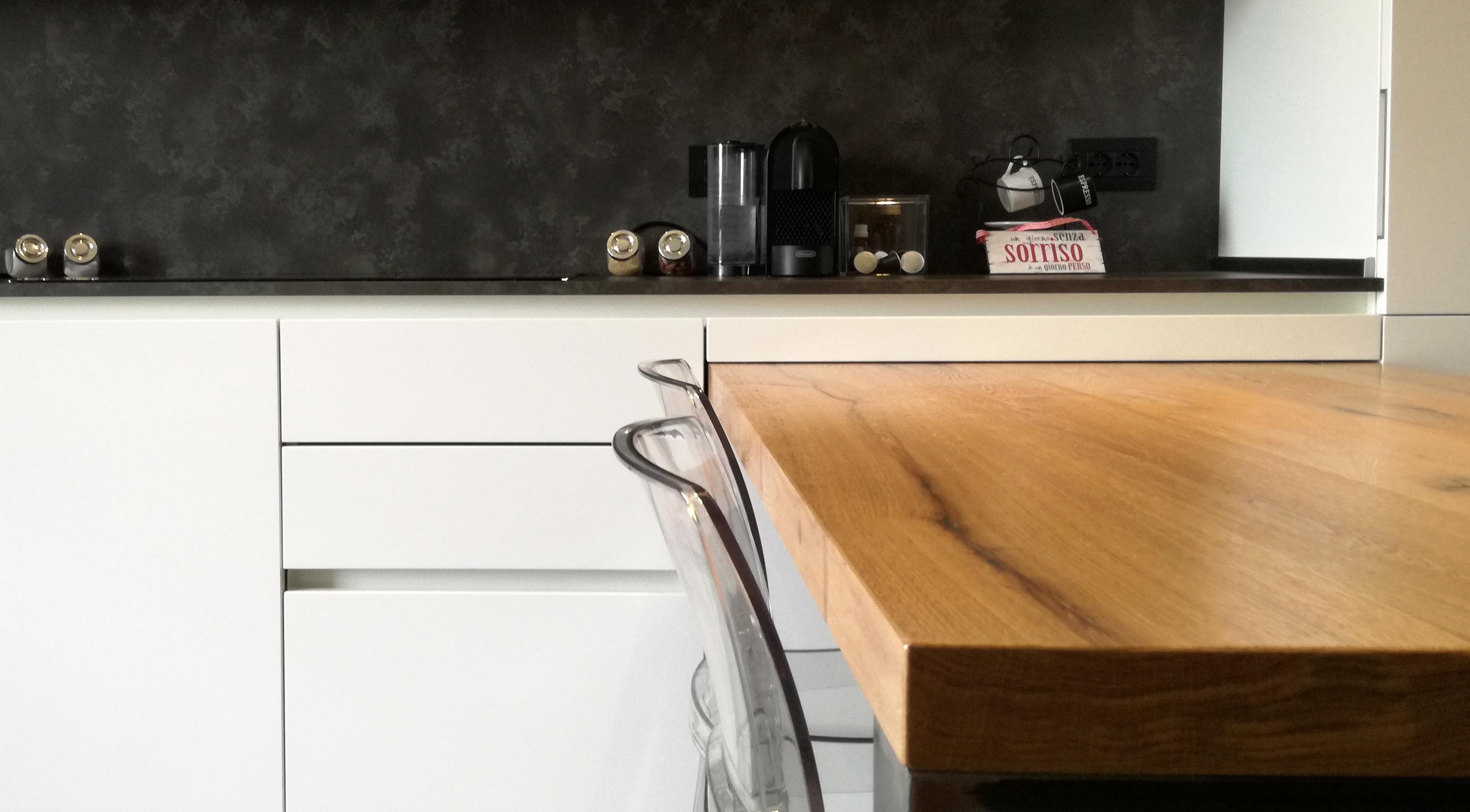Cucina Bianca in Nicchia con Tavolo Penisola in Rovere