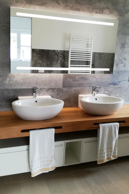Mobile bagno doppio lavabo con mensola in legno for Arredo bagno mobili senza lavabo
