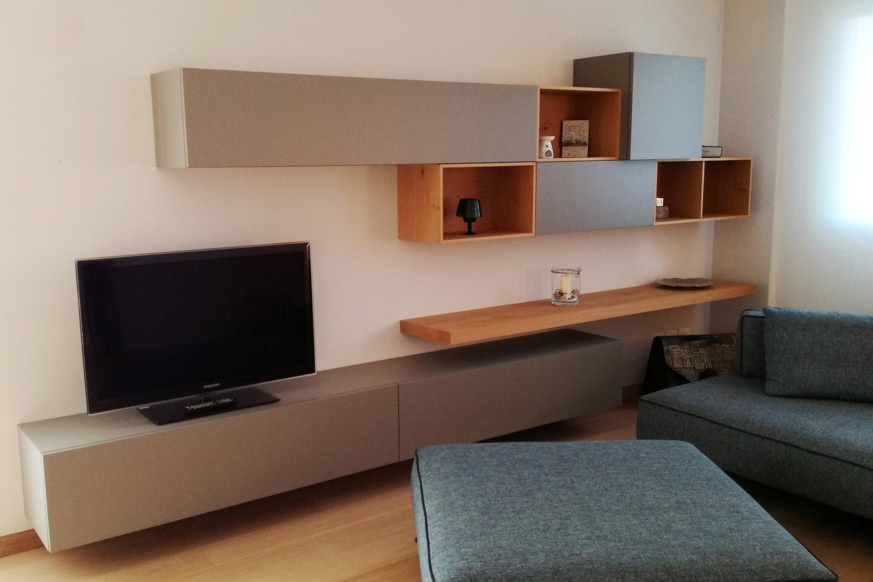 Soggiorno grigio opaco con particolari in legno di rovere for Mobili soggiorno particolari