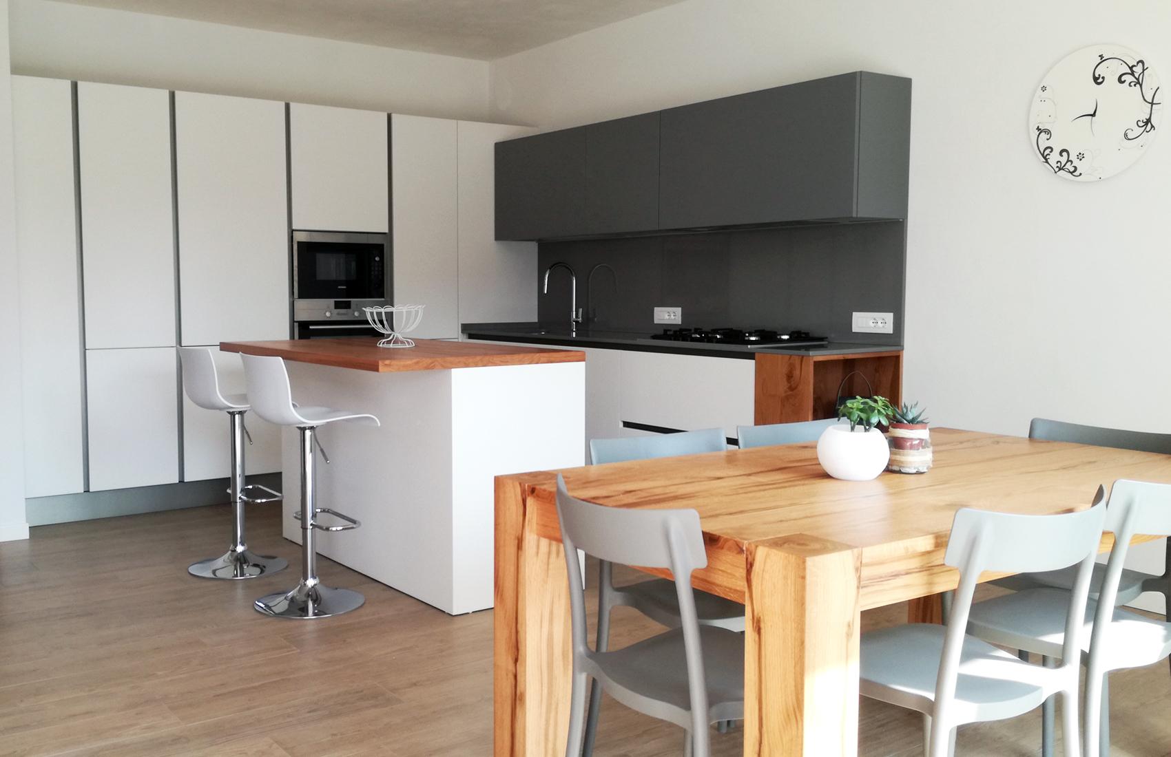 Cucina laccata bianco e grigio con isola e parete colonne for Parete attrezzata bianca e nera
