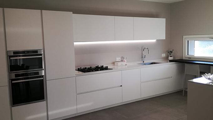 Cucina Total White con Bancone Sotto Finestra in Rovere ...